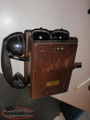 ANTIQUE CRANK TELEPHONE .
