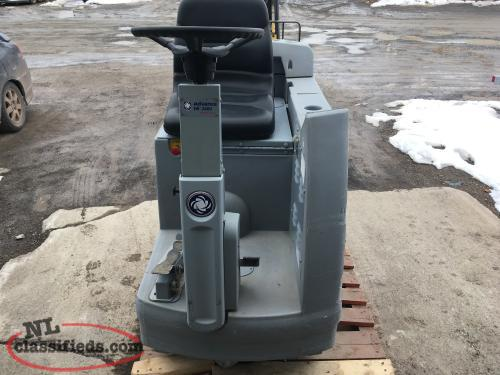 ADVANCE HR 2800 FLOOR SCRUBBER