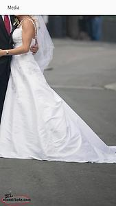 Beautiful Wedding Dress size 4 - 8 FOR SALE