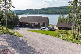 Luxury Lakeside Living in Pinchgut Lake
