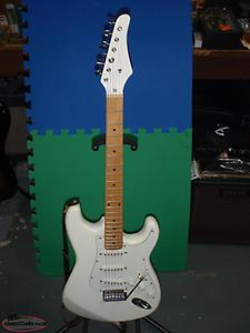 LATE 80' STRATOCASTER GUITAR