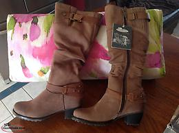 LADIES SIZE 7 1/2 BROWN LEATHER BOOTS ( BRAND NEW STILLIN THE BOX )