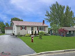3 bedroom bungalow on mature lot & hot tub!