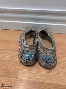 Women's size 10 TOMS shoes