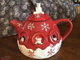 A VERY PRETTY CHRISTMAS TEA POT ( NEW NEVER USED ITEM )