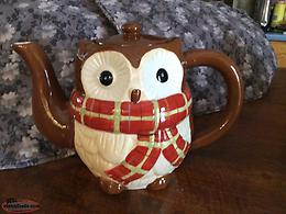A VERY PRETTY OWL TEA POT ( NEW NEVER USED ITEM )